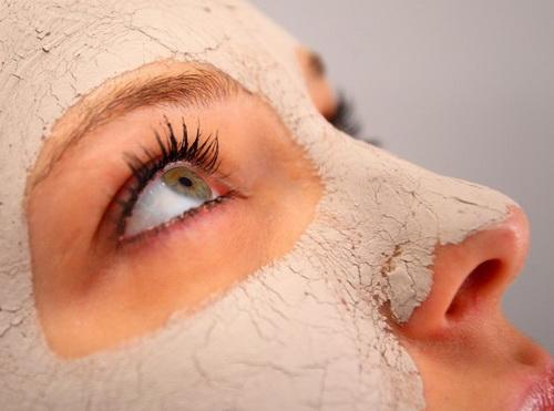 Ускоряет процесс заживления поврежденной кожи после удаления прыщей на лице