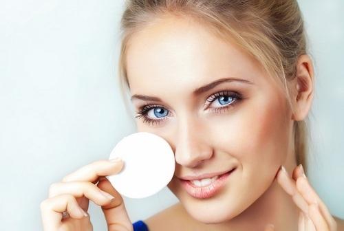 Чем смывать косметику с лица