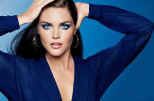 Макияж под синее платье для праздничных вечеринок и офисных будней: разные стилевые варианты