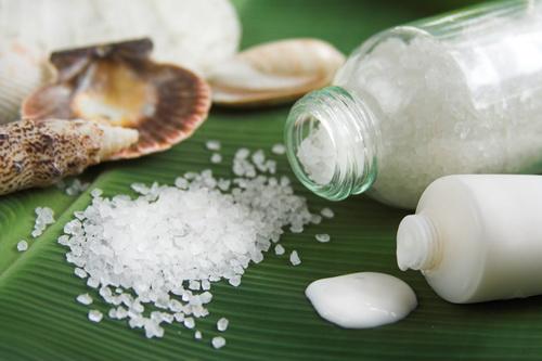 Скраб из соли для лица: чем полезен, как делать, рецепты