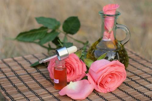 Розовое масло для лица: свойства, применение, рецепты