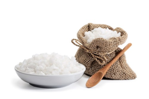 Солевой пилинг для лица: эффективность, проведение, рецепты