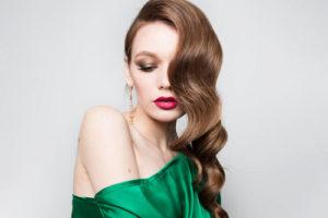Как подчеркнуть роскошь зелёного платья макияжем: советы опытных визажистов